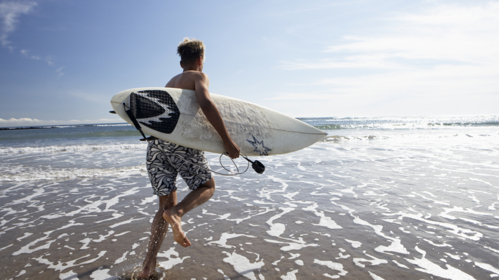 A surfer-running-to-the-beach